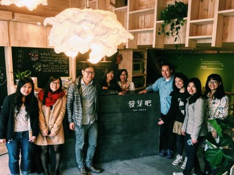 Kenji桑和綠藤創辦人涵睿、綠藤台北辦公室夥伴及發芽吧新店長合照留念。