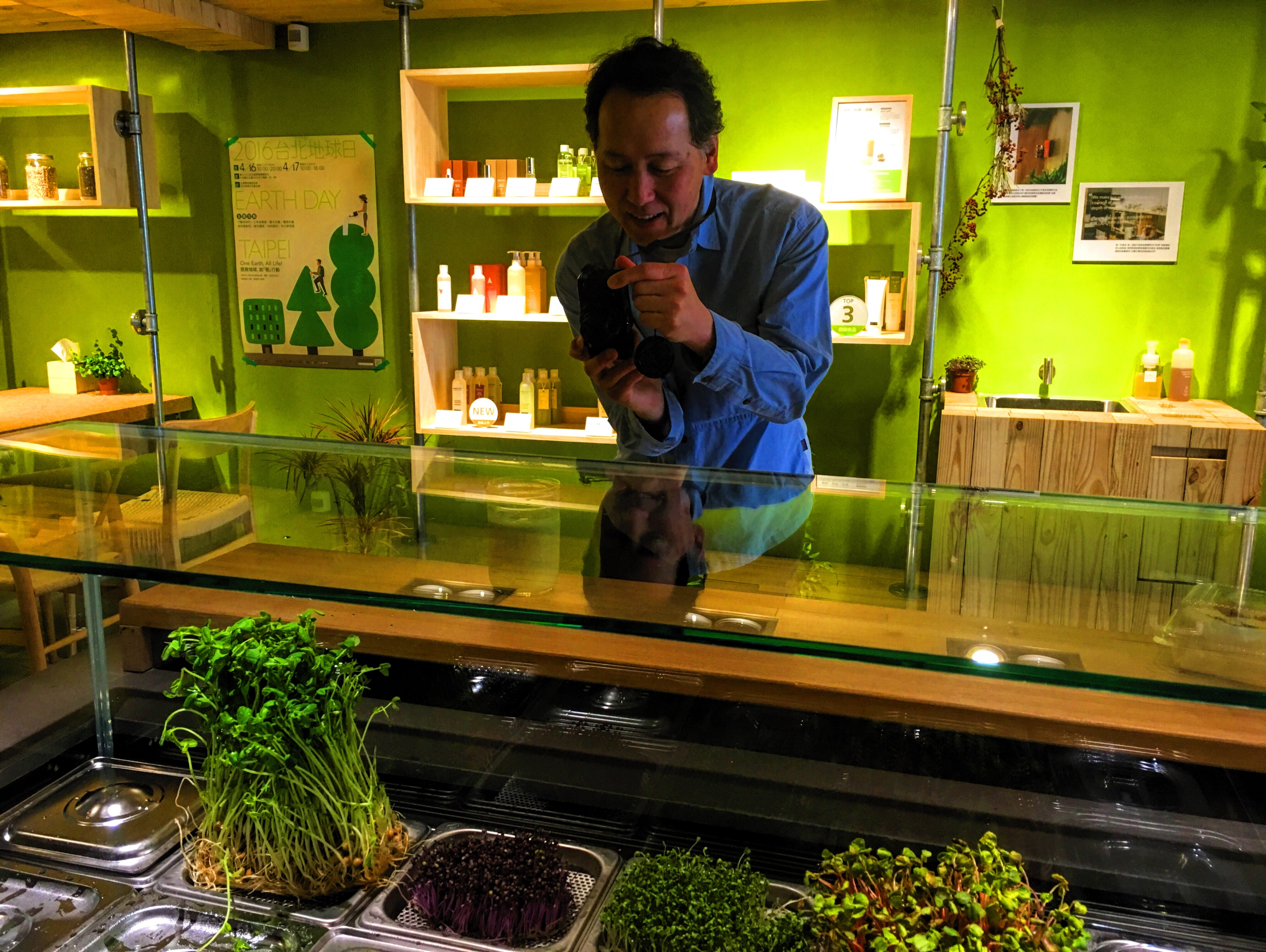 篠健司 (Kenji Shino) 先生看到發芽吧中的精力湯吧台,興奮的拍下直挺挺的芽菜。